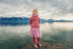 可爱的小女孩室外画象  免版税库存图片