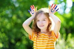 可爱的小女孩用她的手绘了获得乐趣户外 库存图片