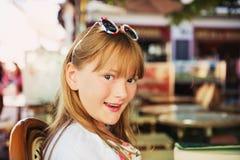 可爱的小女孩画象的室外关闭  免版税图库摄影