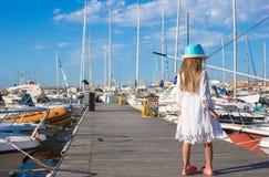 可爱的小女孩获得乐趣在一个口岸在夏天 库存图片