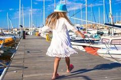 可爱的小女孩获得乐趣在一个口岸在夏天 图库摄影