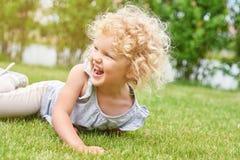 可爱的小女孩获得乐趣在公园 库存照片