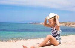 可爱的小女孩获得乐趣在热带海滩 免版税图库摄影