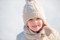可爱的小女孩去的冰鞋在冬天雪天户外 免版税库存照片
