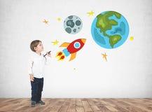 可爱的小男孩图画太空旅行 免版税图库摄影