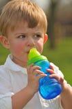 可爱的小男孩饮用水 免版税库存图片