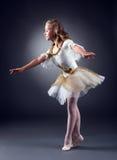 可爱的小的芭蕾舞女演员跳舞在演播室 免版税库存照片