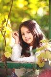 可爱的少女在庭院里 库存照片
