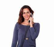可爱的少妇交谈在电话 库存图片