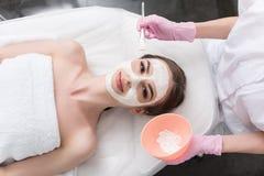 可爱的少妇享受面部治疗 免版税图库摄影