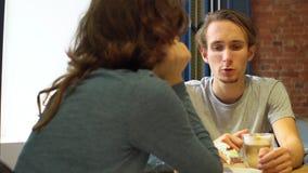 可爱的少妇和人讲话在咖啡馆与mediterrian样式 影视素材