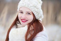 可爱的少妇在一个晴朗的冬日,走 库存照片