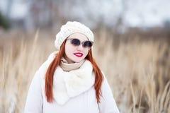 可爱的少妇在一个晴朗的冬日,走 库存图片