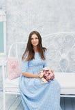 可爱的少妇在春天有花的礼服 免版税库存照片