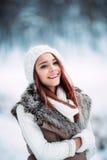 可爱的少妇室外的冬天 库存图片