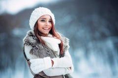 可爱的少妇室外的冬天 免版税库存照片