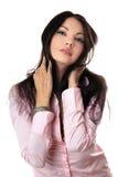 可爱的少妇纵向桃红色衬衣的 库存照片
