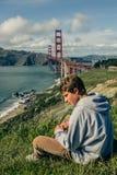 可爱的少年在旧金山和金门大桥 免版税图库摄影