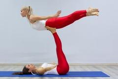 可爱的年轻体育女孩一起做着瑜伽 小组训练 概念健康生活方式 免版税图库摄影