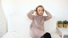 可爱的年轻女性博客作者发表演讲关于照相机 股票视频