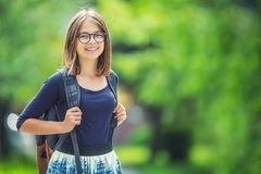 可爱的年轻少年学校女孩画象有背包的 图库摄影
