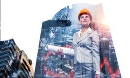 可爱的建筑师妇女和她的项目 混合画法 免版税图库摄影