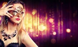 可爱的式样妇女佩带的狂欢节面具 库存照片