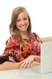 可爱的微笑的妇女画象有膝上型计算机的 图库摄影