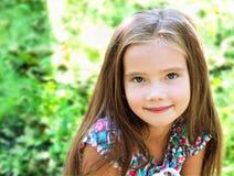 可爱的微笑的小女孩画象在夏日 库存图片