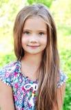 可爱的微笑的小女孩画象在夏日 免版税库存图片