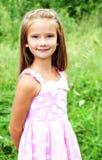可爱的微笑的小女孩画象在夏日 免版税图库摄影