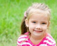 可爱的微笑的小女孩画象  库存图片