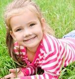可爱的微笑的小女孩画象  免版税库存照片