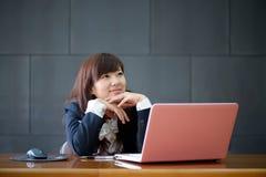 可爱的微笑的年轻女商人 免版税库存照片