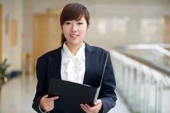 可爱的微笑的年轻女商人 免版税库存图片