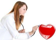 可爱的心脏科医师听的心跳 图库摄影