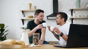 可爱的快乐夫妇乐趣谈话在厨房早晨在早餐时间 一起喝咖啡的室友在 股票视频