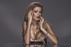 可爱的性感的匀称白肤金发的妇女 库存图片