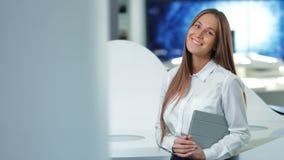 可爱的愉快的女实业家画象在现代办公室或实验室 未来技术概念 股票录像