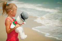 可爱的愉快的微笑的女孩海滩假期 库存照片