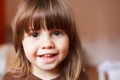 可爱的愉快的逗人喜爱的笑的微笑的小孩女孩 免版税图库摄影