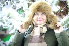 可爱的成人画象加上大小模型,微笑,冬天, N 免版税库存照片