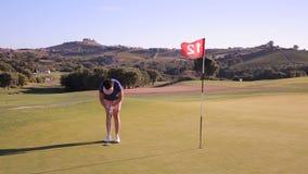 可爱的成熟妇女打高尔夫球在乡村俱乐部 影视素材