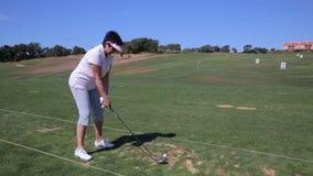 可爱的成熟妇女打高尔夫球在乡村俱乐部 股票录像