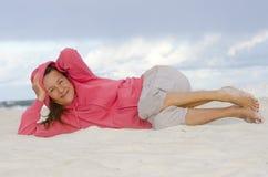 可爱的成熟妇女放松了,愉快和健康 免版税库存照片