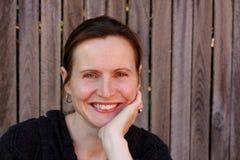 可爱的户外微笑的妇女 免版税图库摄影
