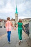 可爱的户外时尚小女孩在瑞士苏黎士 一起走在欧洲城市的两个孩子 图库摄影