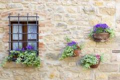 可爱的托斯坎房子在Volterra 免版税库存照片