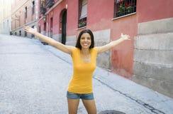 年轻可爱的拉丁妇女愉快和激动摆在现代都市欧洲城市 免版税库存图片
