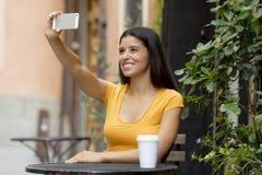 可爱的拉丁妇女谈的selfie 库存照片